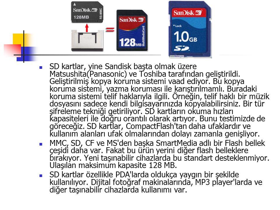 SD kartlar, yine Sandisk başta olmak üzere Matsushita(Panasonic) ve Toshiba tarafından geliştirildi. Geliştirilmiş kopya koruma sistemi vaad ediyor. Bu kopya koruma sistemi, yazma koruması ile karıştırılmamlı. Buradaki koruma sistemi telif haklarıyla ilgili. Örneğin, telif haklı bir müzik dosyasını sadece kendi bilgisayarınızda kopyalabilirsiniz. Bir tür şifreleme tekniği getiriliyor. SD kartların okuma hızları kapasiteleri ile doğru orantılı olarak artıyor. Bunu testimizde de göreceğiz. SD kartlar, CompactFlash tan daha ufaklardır ve kullanım alanları ufak olmalarından dolayı zamanla genişliyor.