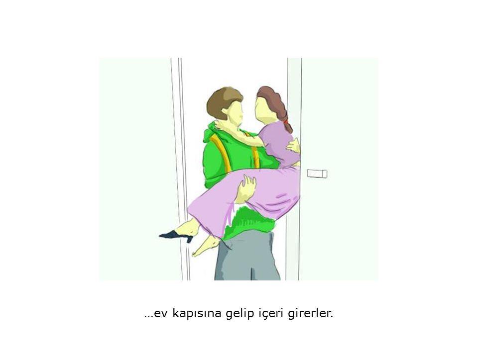 …ev kapısına gelip içeri girerler.