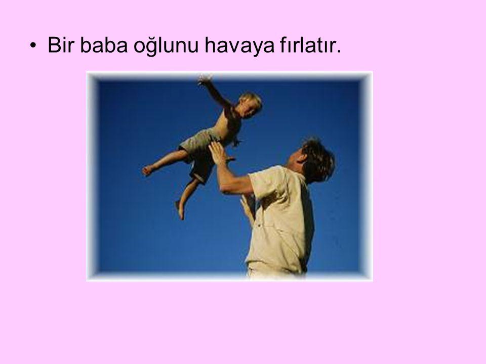 Bir baba oğlunu havaya fırlatır.