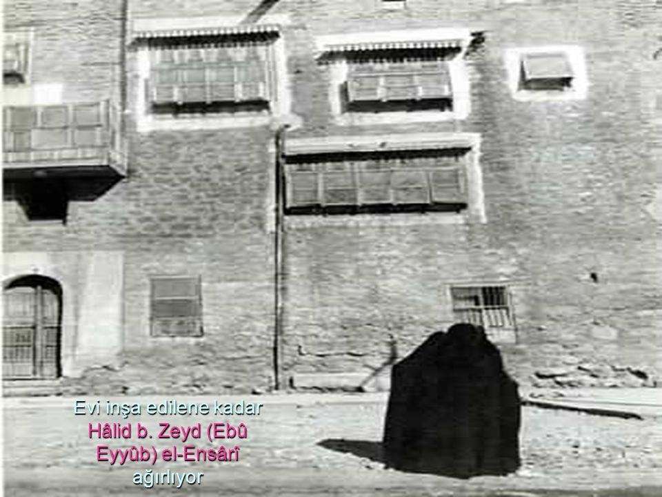 Evi inşa edilene kadar Hâlid b. Zeyd (Ebû Eyyûb) el-Ensârî ağırlıyor