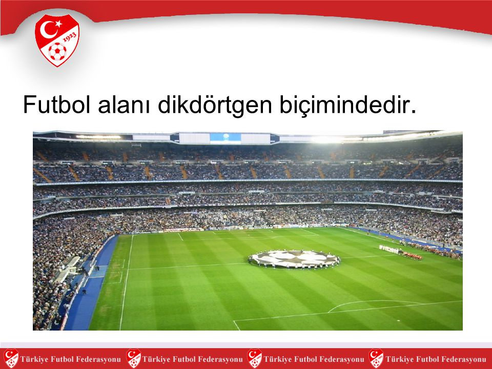 Futbol alanı dikdörtgen biçimindedir.