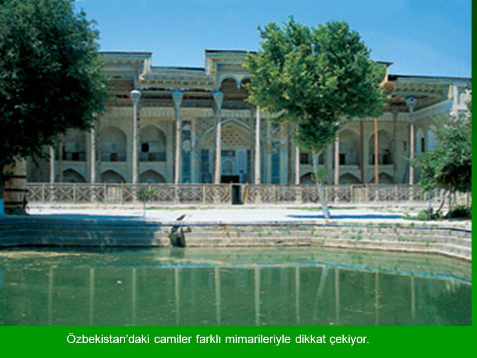 Özbekistan'daki camiler farklı mimarileriyle dikkat çekiyor.