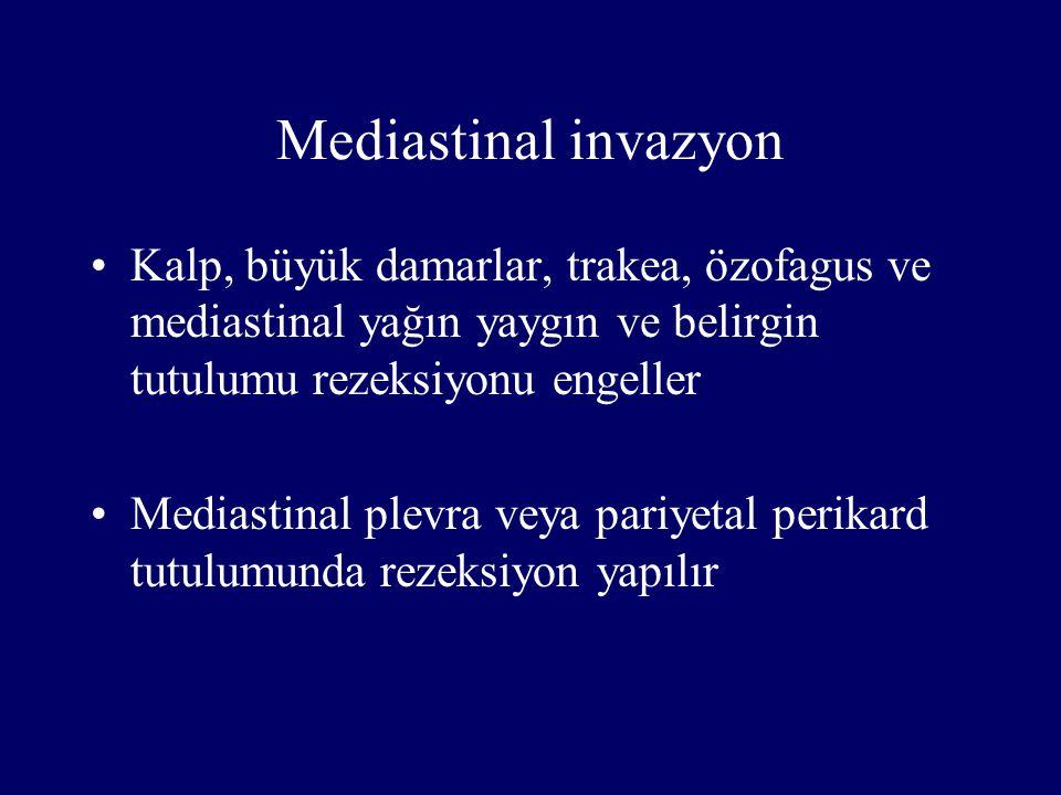 Mediastinal invazyon Kalp, büyük damarlar, trakea, özofagus ve mediastinal yağın yaygın ve belirgin tutulumu rezeksiyonu engeller.