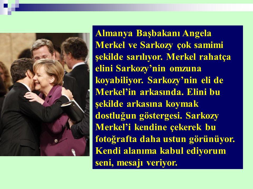 Almanya Başbakanı Angela Merkel ve Sarkozy çok samimi şekilde sarılıyor.