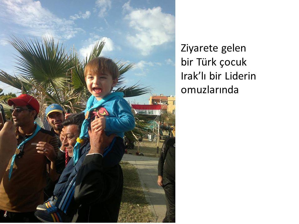 Ziyarete gelen bir Türk çocuk Irak'lı bir Liderin omuzlarında