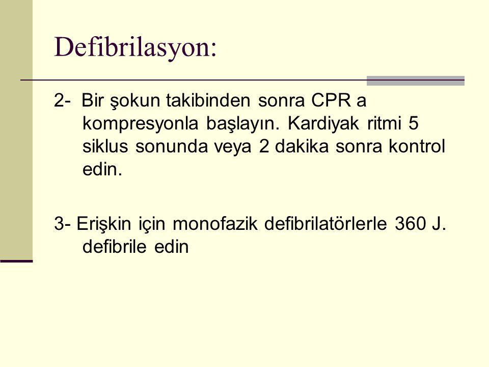 Defibrilasyon: 2- Bir şokun takibinden sonra CPR a kompresyonla başlayın. Kardiyak ritmi 5 siklus sonunda veya 2 dakika sonra kontrol edin.