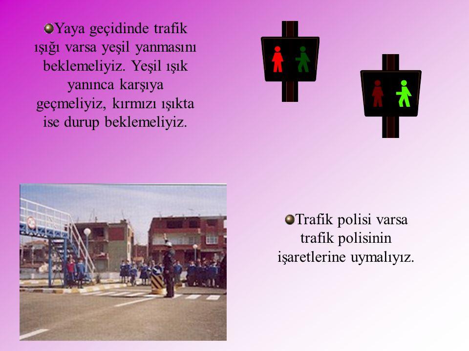 Trafik polisi varsa trafik polisinin işaretlerine uymalıyız.