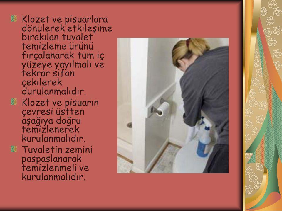 Klozet ve pisuarlara dönülerek etkileşime bırakılan tuvalet temizleme ürünü fırçalanarak tüm iç yüzeye yayılmalı ve tekrar sifon çekilerek durulanmalıdır.