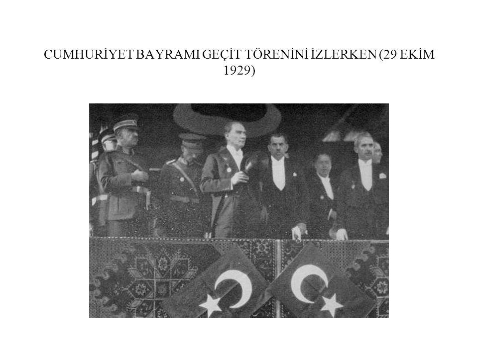 CUMHURİYET BAYRAMI GEÇİT TÖRENİNİ İZLERKEN (29 EKİM 1929)