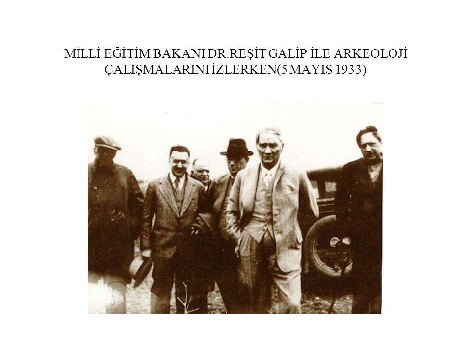 MİLLİ EĞİTİM BAKANI DR.REŞİT GALİP İLE ARKEOLOJİ ÇALIŞMALARINI İZLERKEN(5 MAYIS 1933)