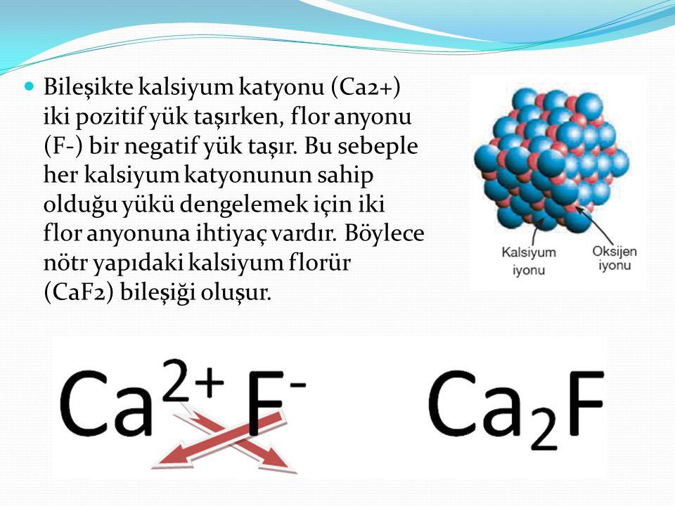 Bileşikte kalsiyum katyonu (Ca2+) iki pozitif yük taşırken, flor anyonu (F-) bir negatif yük taşır.