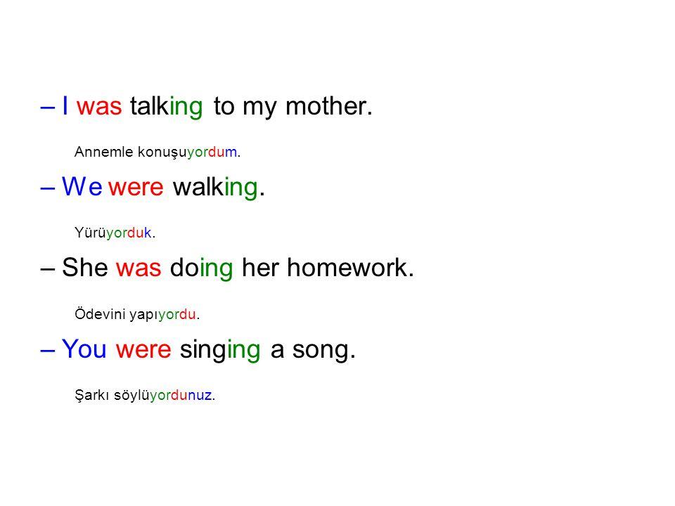 Annemle konuşuyordum. Yürüyorduk. Ödevini yapıyordu.