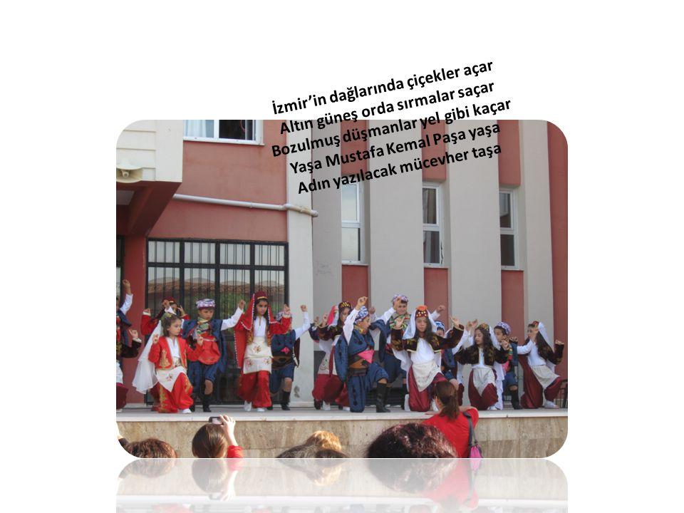İzmir'in dağlarında çiçekler açar Altın güneş orda sırmalar saçar Bozulmuş düşmanlar yel gibi kaçar Yaşa Mustafa Kemal Paşa yaşa Adın yazılacak mücevher taşa