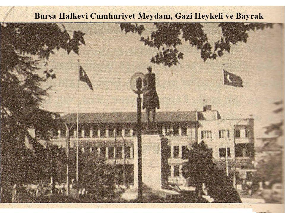 Bursa Halkevi Cumhuriyet Meydanı, Gazi Heykeli ve Bayrak