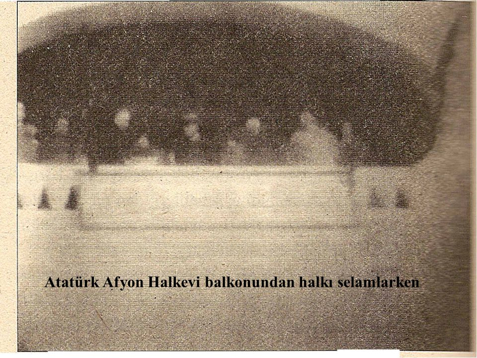 Atatürk Afyon Halkevi balkonundan halkı selamlarken