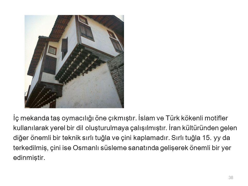 İç mekanda taş oymacılığı öne çıkmıştır. İslam ve Türk kökenli motifler