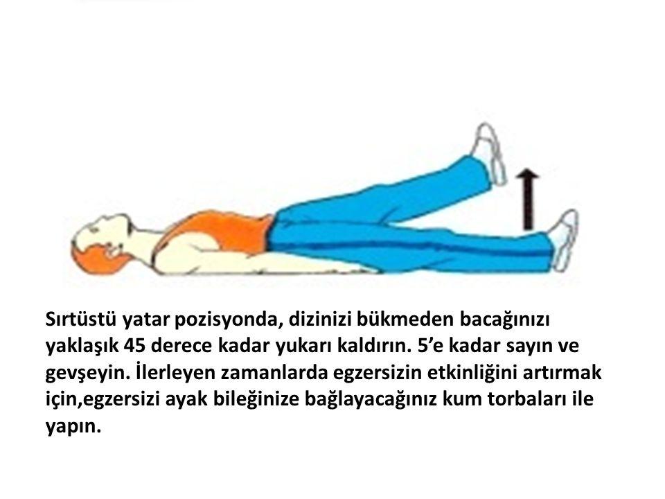 Sırtüstü yatar pozisyonda, dizinizi bükmeden bacağınızı yaklaşık 45 derece kadar yukarı kaldırın.