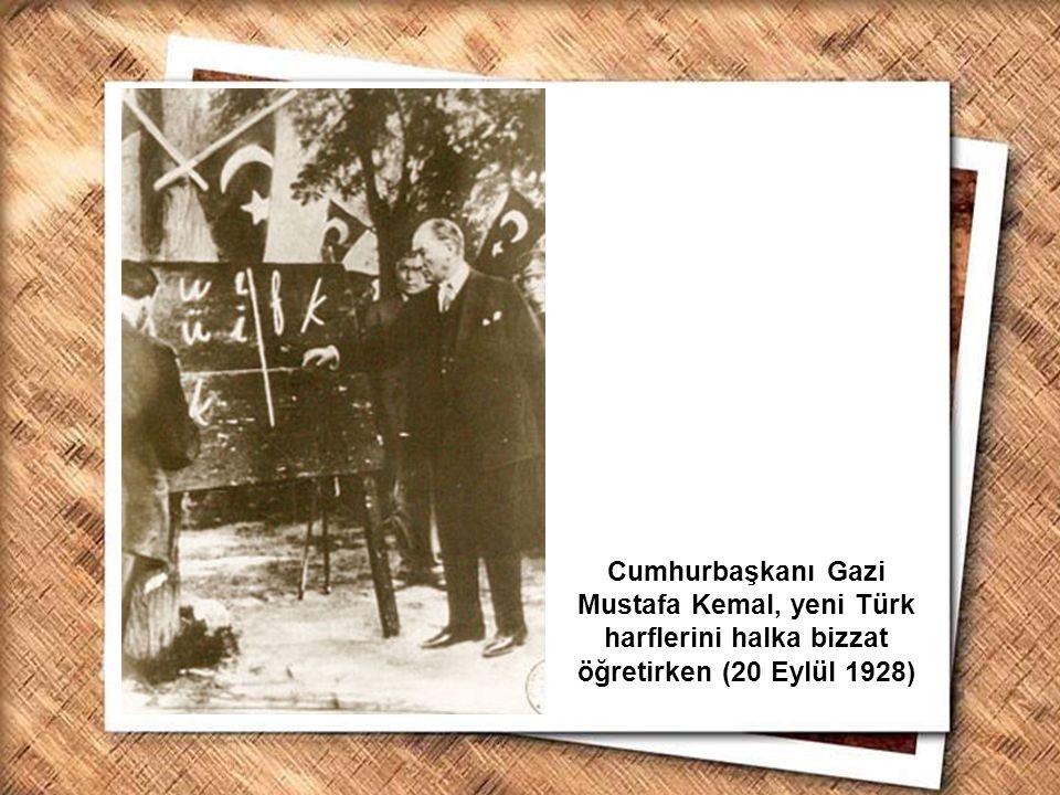 Cumhurbaşkanı Gazi Mustafa Kemal, yeni Türk harflerini halka bizzat öğretirken (20 Eylül 1928)