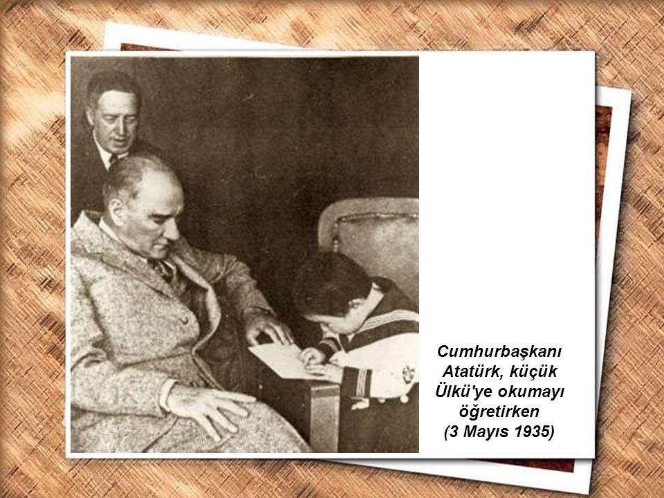 Cumhurbaşkanı Atatürk, küçük Ülkü ye okumayı öğretirken (3 Mayıs 1935)