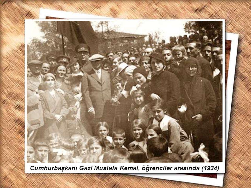 Cumhurbaşkanı Gazi Mustafa Kemal, öğrenciler arasında (1934)