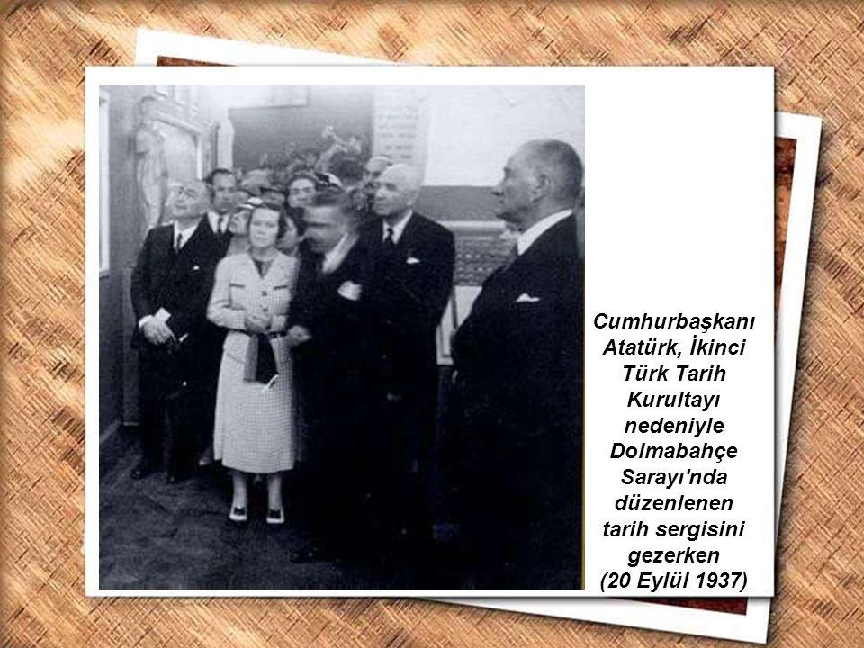 Cumhurbaşkanı Atatürk, İkinci Türk Tarih Kurultayı nedeniyle Dolmabahçe Sarayı nda düzenlenen tarih sergisini gezerken (20 Eylül 1937)