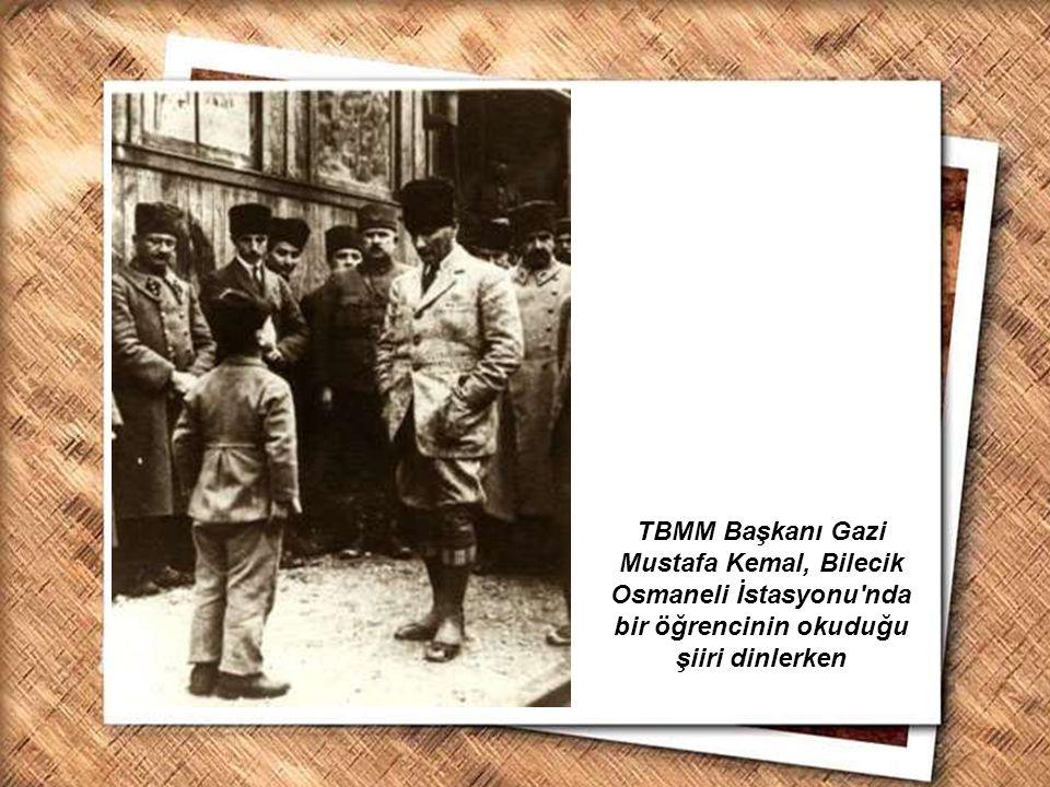 TBMM Başkanı Gazi Mustafa Kemal, Bilecik Osmaneli İstasyonu nda bir öğrencinin okuduğu şiiri dinlerken