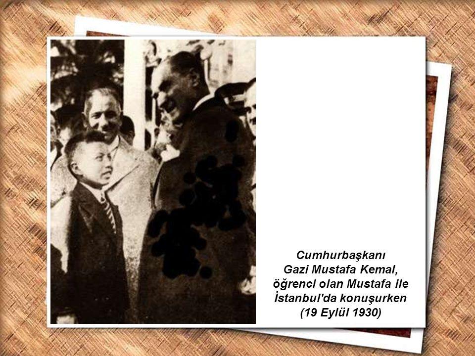 Cumhurbaşkanı Gazi Mustafa Kemal, öğrenci olan Mustafa ile İstanbul da konuşurken (19 Eylül 1930)