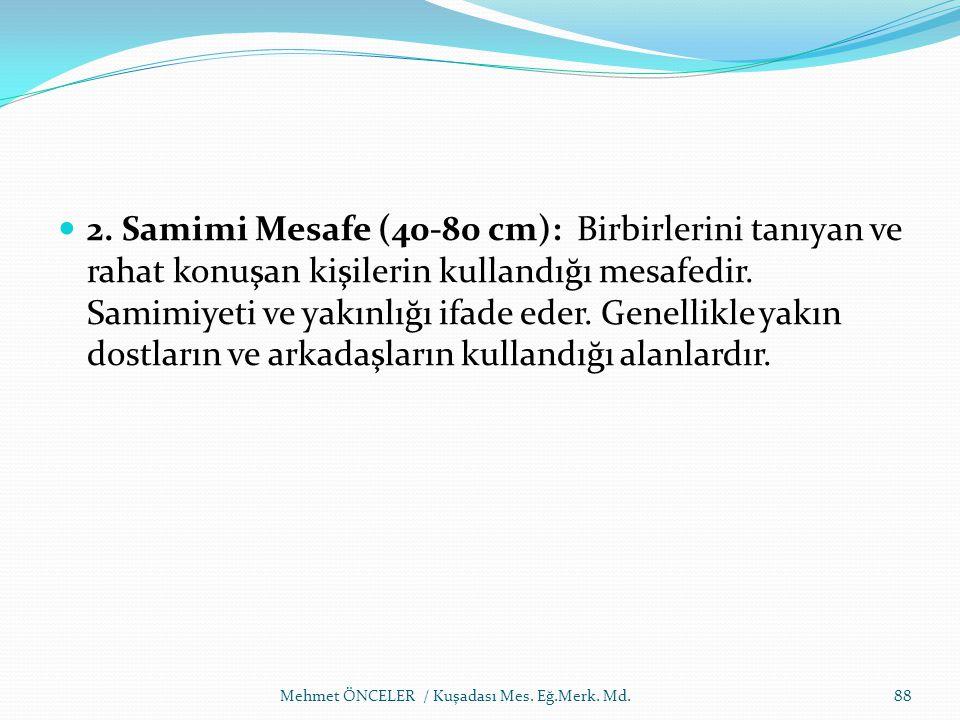 2. Samimi Mesafe (40-80 cm): Birbirlerini tanıyan ve rahat konuşan kişilerin kullandığı mesafedir. Samimiyeti ve yakınlığı ifade eder. Genellikle yakın dostların ve arkadaşların kullandığı alanlardır.