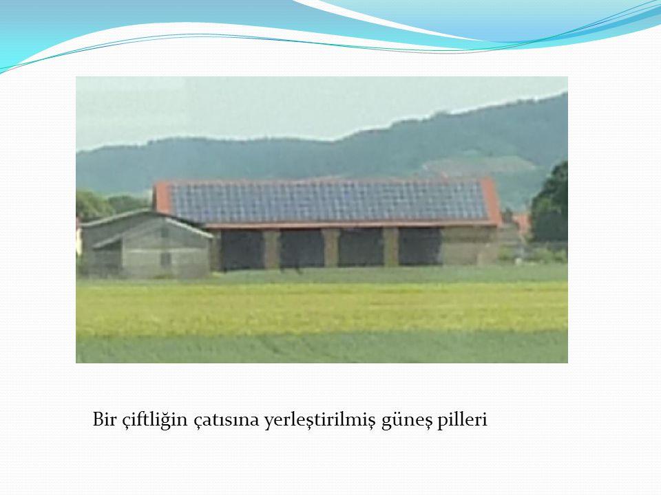 Bir çiftliğin çatısına yerleştirilmiş güneş pilleri