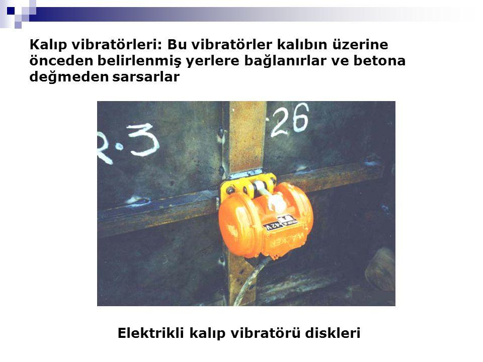 Kalıp vibratörleri: Bu vibratörler kalıbın üzerine önceden belirlenmiş yerlere bağlanırlar ve betona değmeden sarsarlar