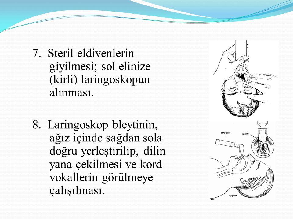 7. Steril eldivenlerin giyilmesi; sol elinize (kirli) laringoskopun alınması.