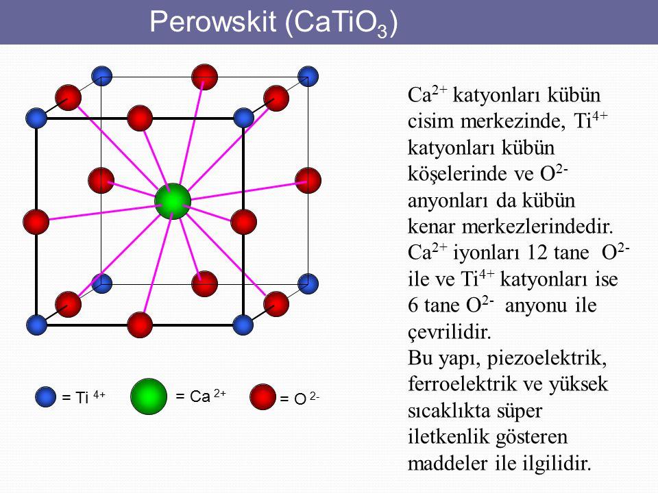 Perowskit (CaTiO3) Ca2+ katyonları kübün cisim merkezinde, Ti4+ katyonları kübün köşelerinde ve O2- anyonları da kübün kenar merkezlerindedir.