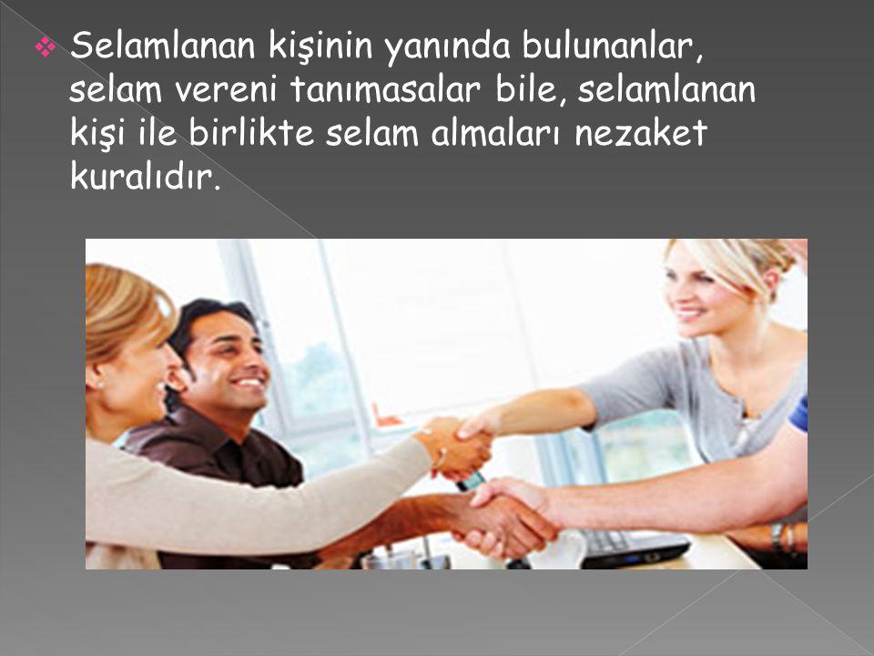 Selamlanan kişinin yanında bulunanlar, selam vereni tanımasalar bile, selamlanan kişi ile birlikte selam almaları nezaket kuralıdır.
