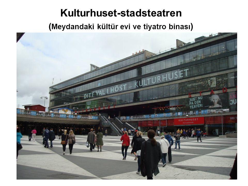 Kulturhuset-stadsteatren (Meydandaki kültür evi ve tiyatro binası)