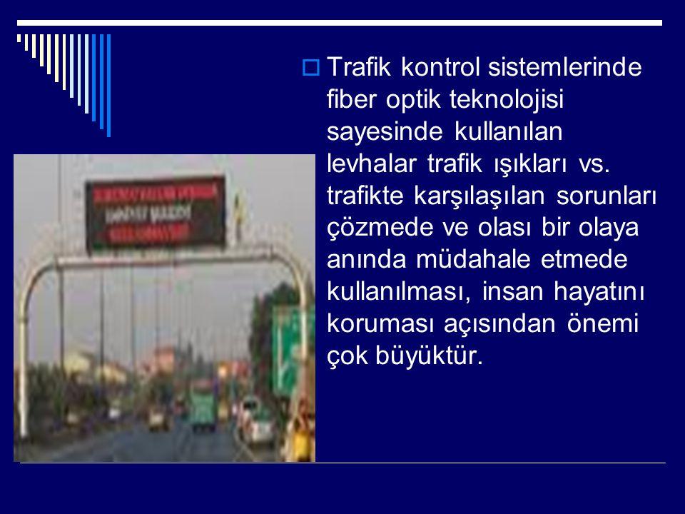 Trafik kontrol sistemlerinde fiber optik teknolojisi sayesinde kullanılan levhalar trafik ışıkları vs.