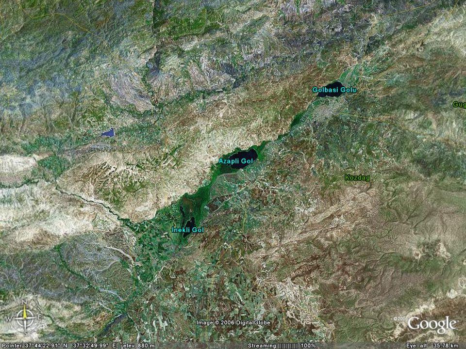 Doç.Dr. Yaşar EREN Aksu nehrinin üst bölümündeki üç göle ulaştığında tekrar yüzeye çıkmaktadır.