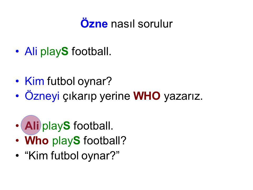 Özne nasıl sorulur Ali playS football. Kim futbol oynar Özneyi çıkarıp yerine WHO yazarız. Who playS football