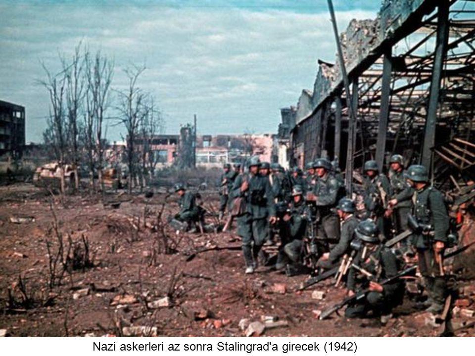 Nazi askerleri az sonra Stalingrad a girecek (1942)
