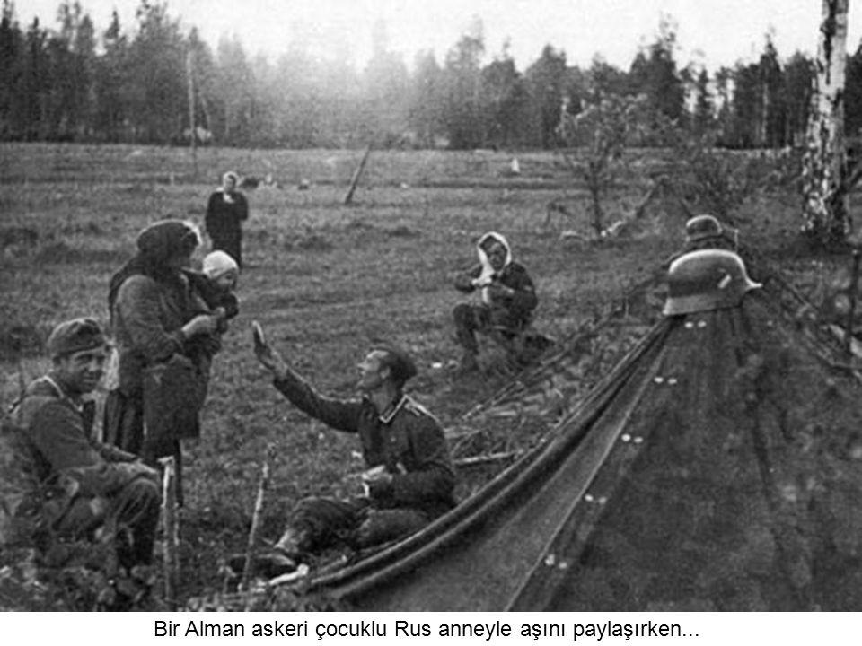 Bir Alman askeri çocuklu Rus anneyle aşını paylaşırken...