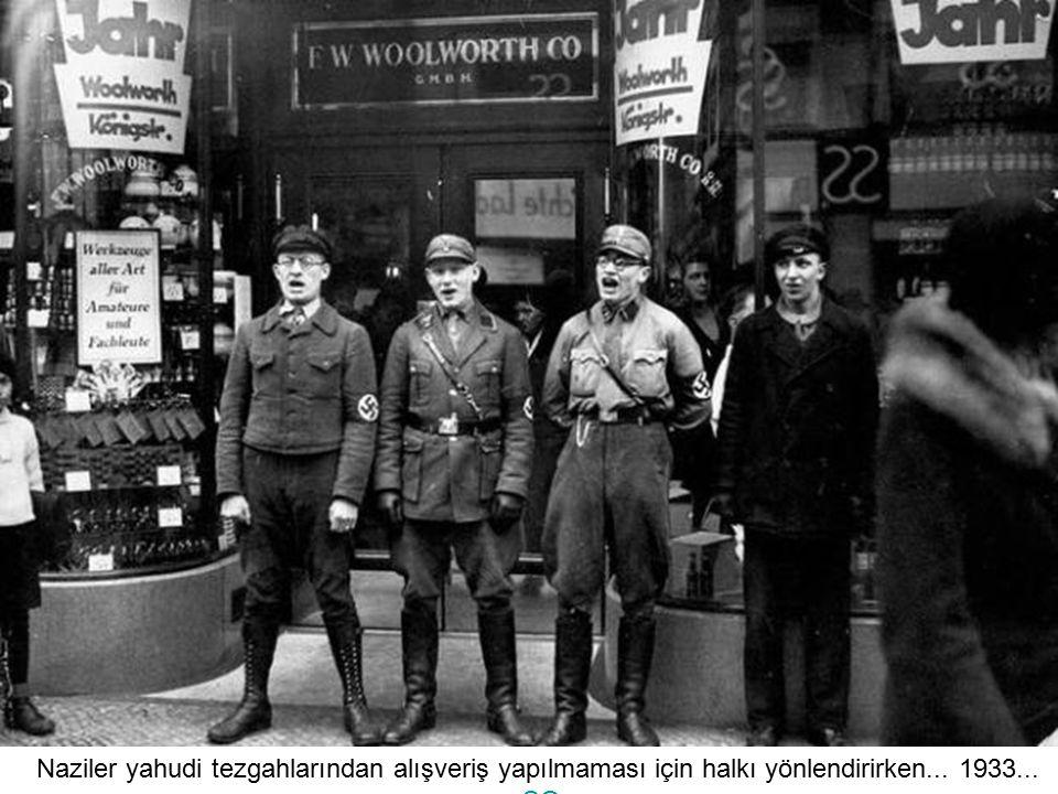 Naziler yahudi tezgahlarından alışveriş yapılmaması için halkı yönlendirirken... 1933...