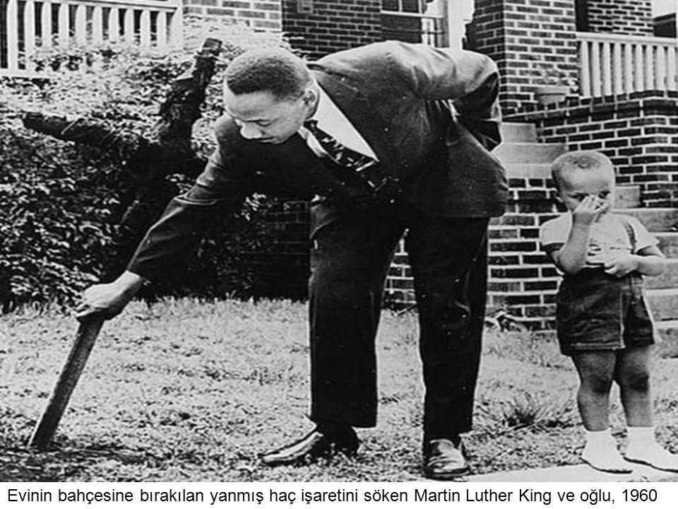 Evinin bahçesine bırakılan yanmış haç işaretini söken Martin Luther King ve oğlu, 1960