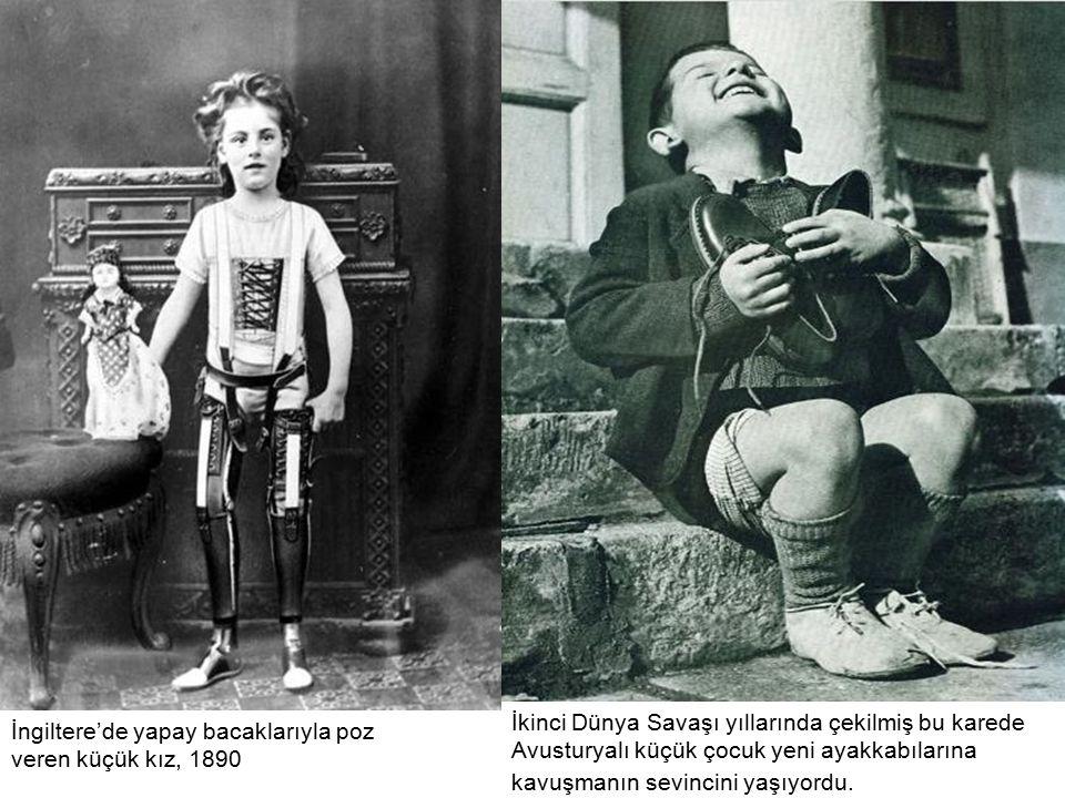 İkinci Dünya Savaşı yıllarında çekilmiş bu karede Avusturyalı küçük çocuk yeni ayakkabılarına kavuşmanın sevincini yaşıyordu.