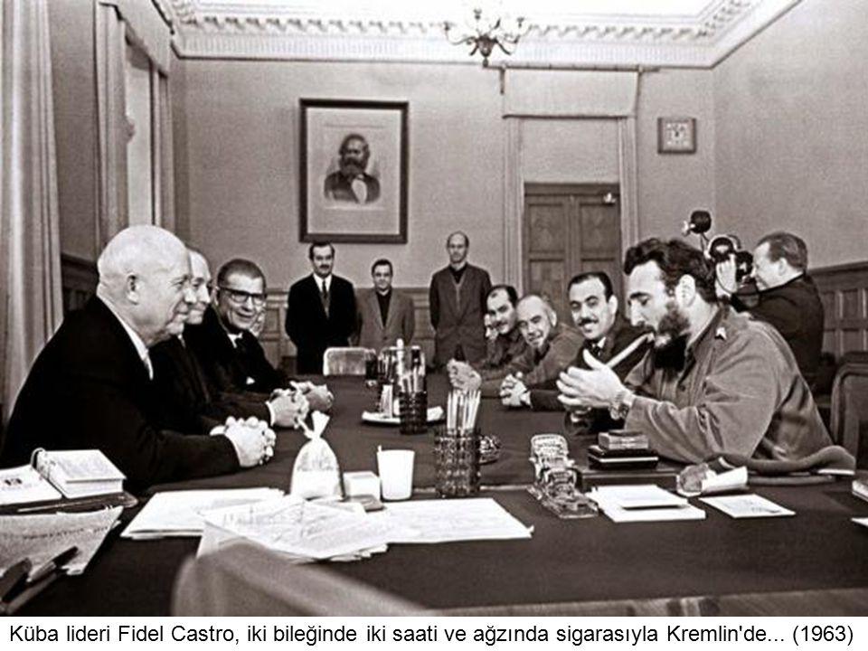 Küba lideri Fidel Castro, iki bileğinde iki saati ve ağzında sigarasıyla Kremlin de... (1963)