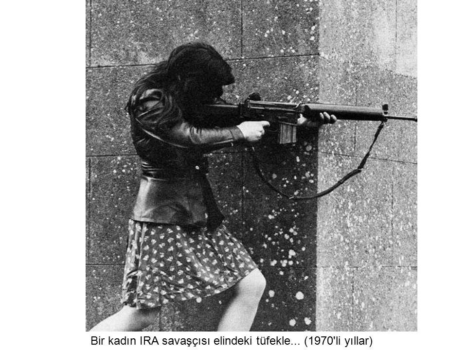Bir kadın IRA savaşçısı elindeki tüfekle... (1970 li yıllar)