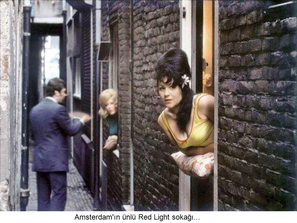 Amsterdam ın ünlü Red Light sokağı...