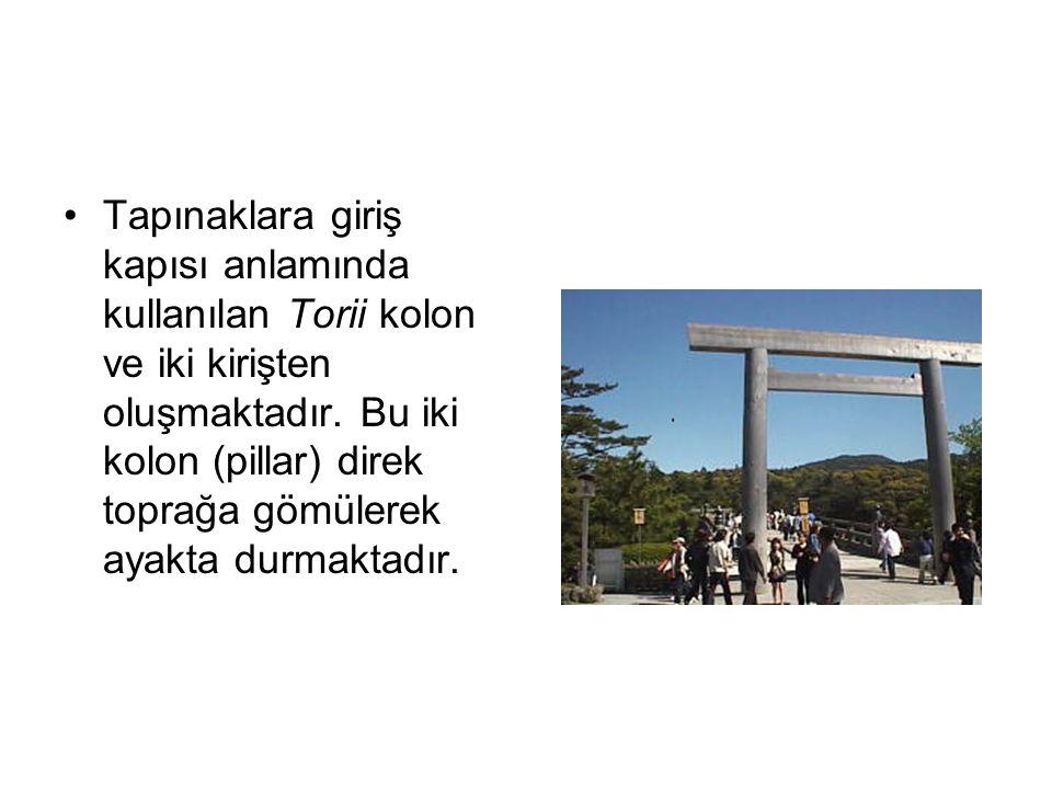 Tapınaklara giriş kapısı anlamında kullanılan Torii kolon ve iki kirişten oluşmaktadır.