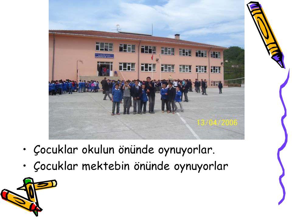 Çocuklar okulun önünde oynuyorlar.