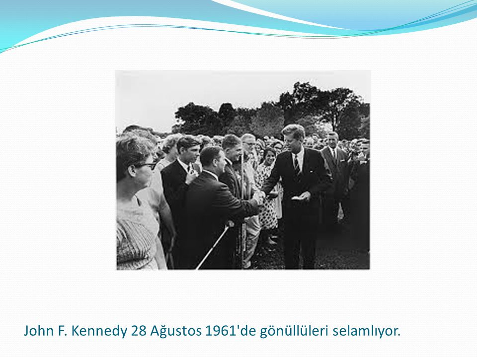 John F. Kennedy 28 Ağustos 1961 de gönüllüleri selamlıyor.