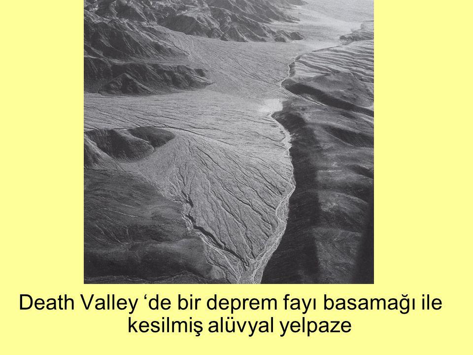 Death Valley 'de bir deprem fayı basamağı ile kesilmiş alüvyal yelpaze