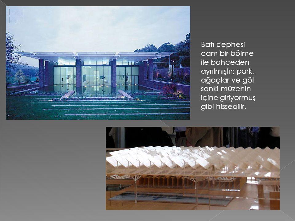 Batı cephesi cam bir bölme ile bahçeden ayrılmıştır; park, ağaçlar ve göl sanki müzenin içine giriyormuş gibi hissedilir.